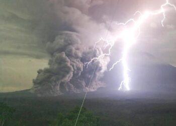 Spaventosa eruzione vulcanica in Indonesia. Notate anche i fulmini che si formano nella nube vulcanica. Credit immagine: @harywp_ / Twitter