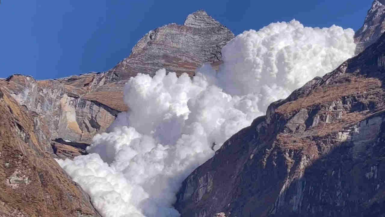avalanche kapuche - Valanga di enormi proporzioni sfiora escursionisti. Video spettacolare