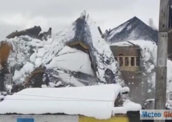 video crollo casa sotto neve india 350x250 - India, crolla casa sotto il peso della neve, video