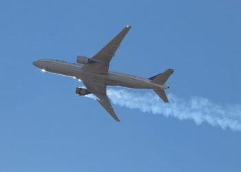 Uno dei motori in fiamme sull'aereo che era da poco decollato da Denver, in Colorado