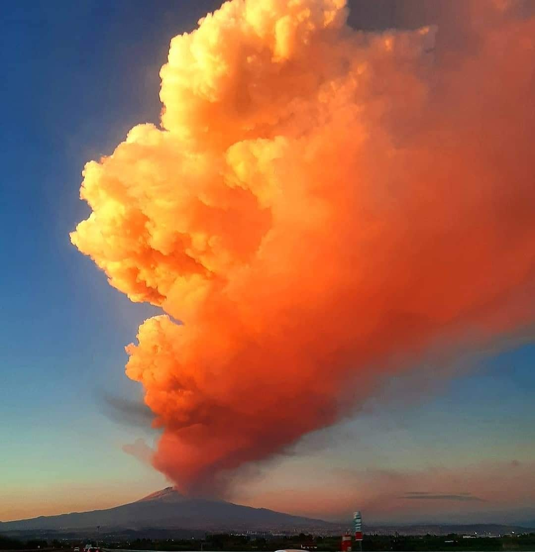 etna 1 - Etna, violenta eruzione ed enorme colonna visibile a grande distanza. Video