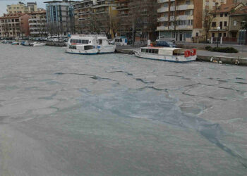 Laguna di Grado con le lastre di ghiaccio.