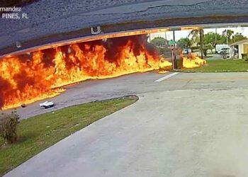 Le fiamme dopo l'impatto dell'aereo al suolo