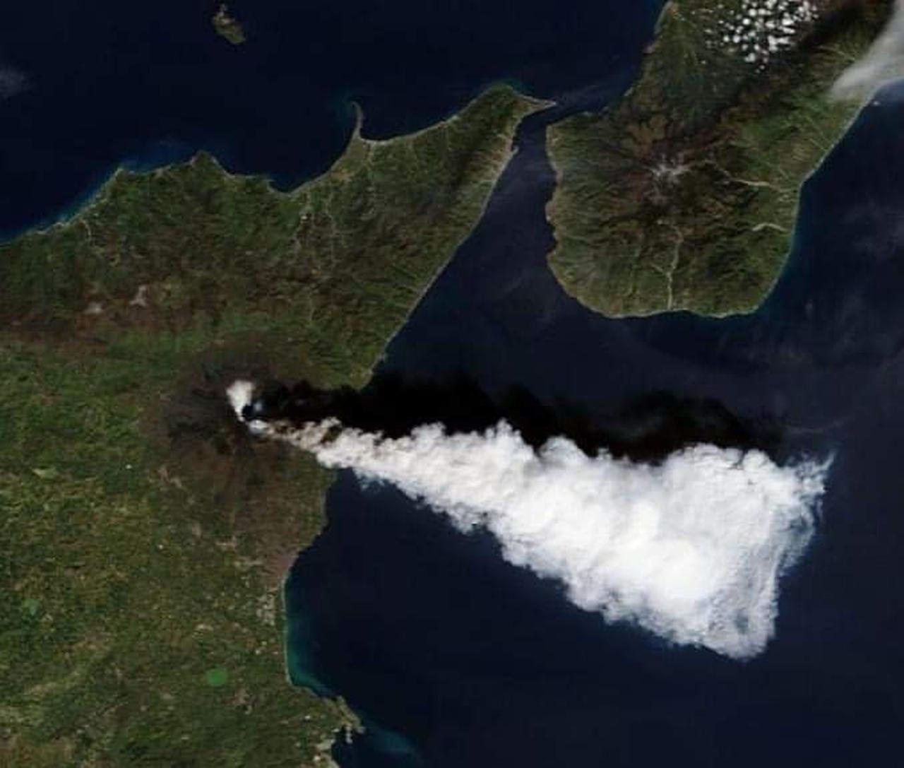 etna - Etna non si ferma, eruzione con colata lavica. Enorme nube dallo spazio