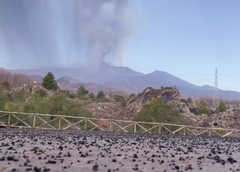 inquietante etna altre immagini 350x250 - Etna, violenta eruzione ed enorme colonna visibile a grande distanza. Video