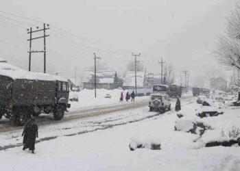 neve india 350x250 - India, crolla casa sotto il peso della neve, video