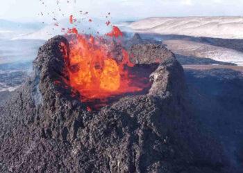 Un frame del video che mostra una parte dello spettacolo derivante dall'uscita di lava dal piccolo cratere. In zona sono in eruzione 3 crateri.