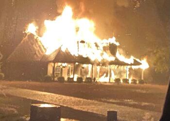 abitazione in fiamme colpita da fulmine 350x250 - Fulmine si schianta su un campanile, che va a fuoco. Video