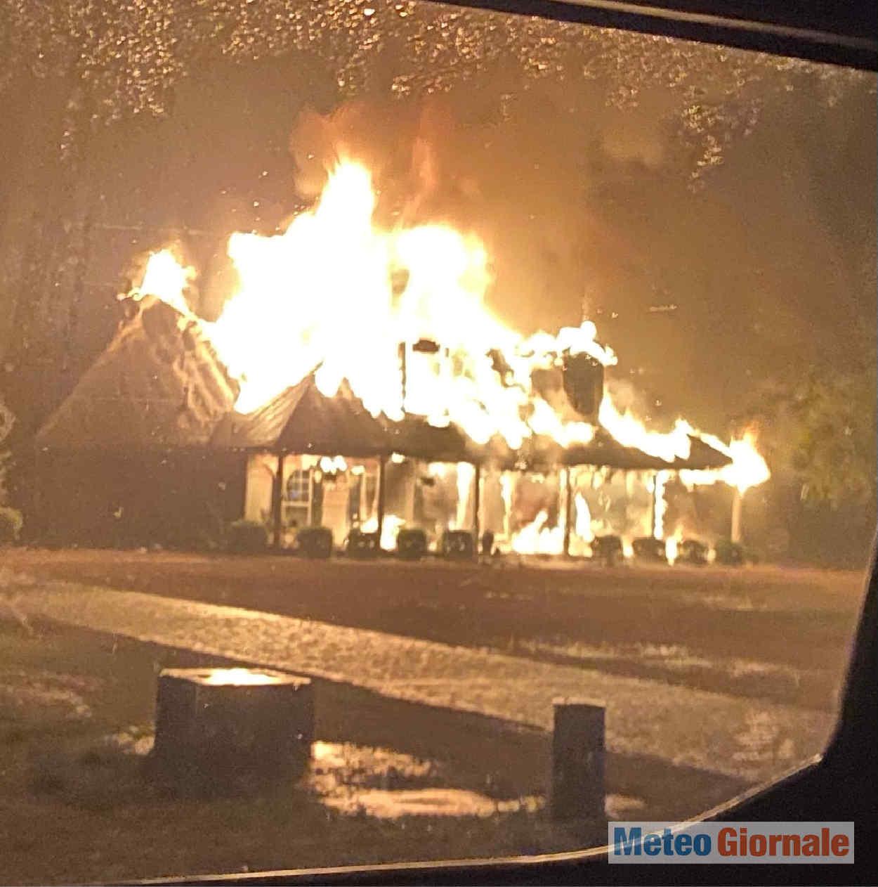 abitazione in fiamme colpita da fulmine - Nord America, tempeste elettriche. Va a fuoco anche una casa