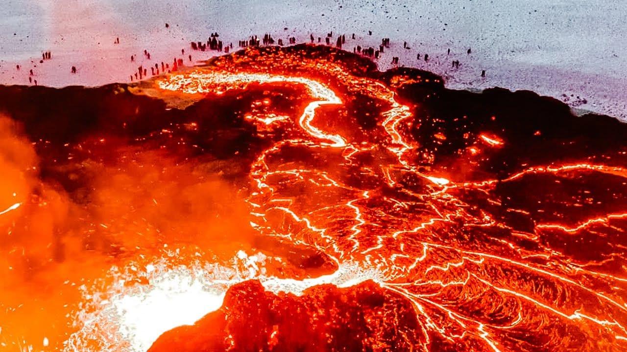 vulcano geldingadalur in islanda - Vulcano Geldingadalur in Islanda. Video eruzione in aumento
