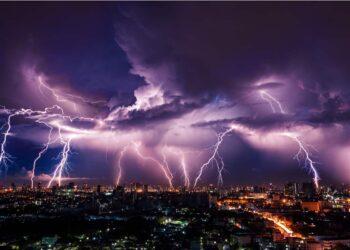 Un temporale con dei normali fulmini