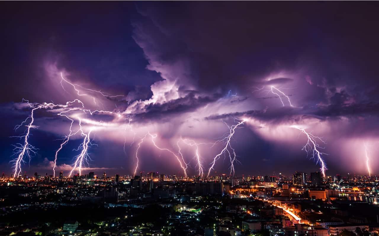 Un temporale con dei normali fulmini - RARISSIMI fulmini DRITTI. Svelata la loro origine extraterrestre