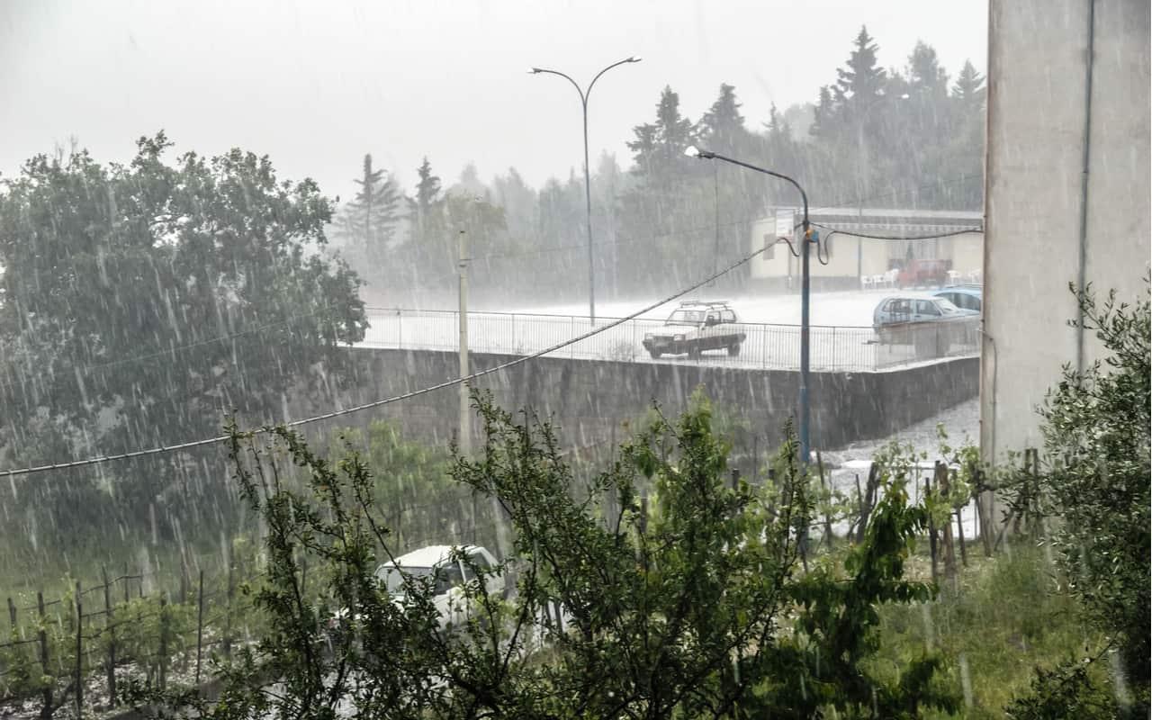 acquazzone con temporale - METEO variabile, sole e temporali. Caldo in arrivo al Sud Italia