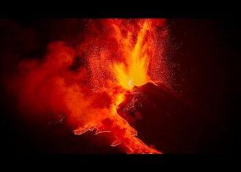 etna eruzioni e boati continui v 350x250 - Etna, violenta eruzione ed enorme colonna visibile a grande distanza. Video