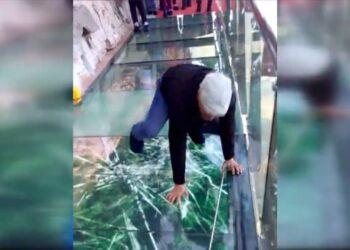 incidente su un ponte di cristal 350x250 - Uomo intrappolato, si rompe il ponte di cristallo in Cina.  Video