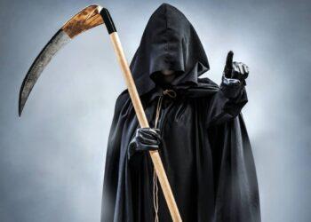 Foto di personificazione della morte che brandisce una grande falce.