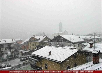 Nell'immagine, una copiosa nevicata a Colere, sul bergamasco di fine maggio 2013: vera e propria cartolina invernale a soli 1050 metri di quota.