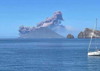 Lo Stromboli osservato a distanza. Foto tratta da Facebook