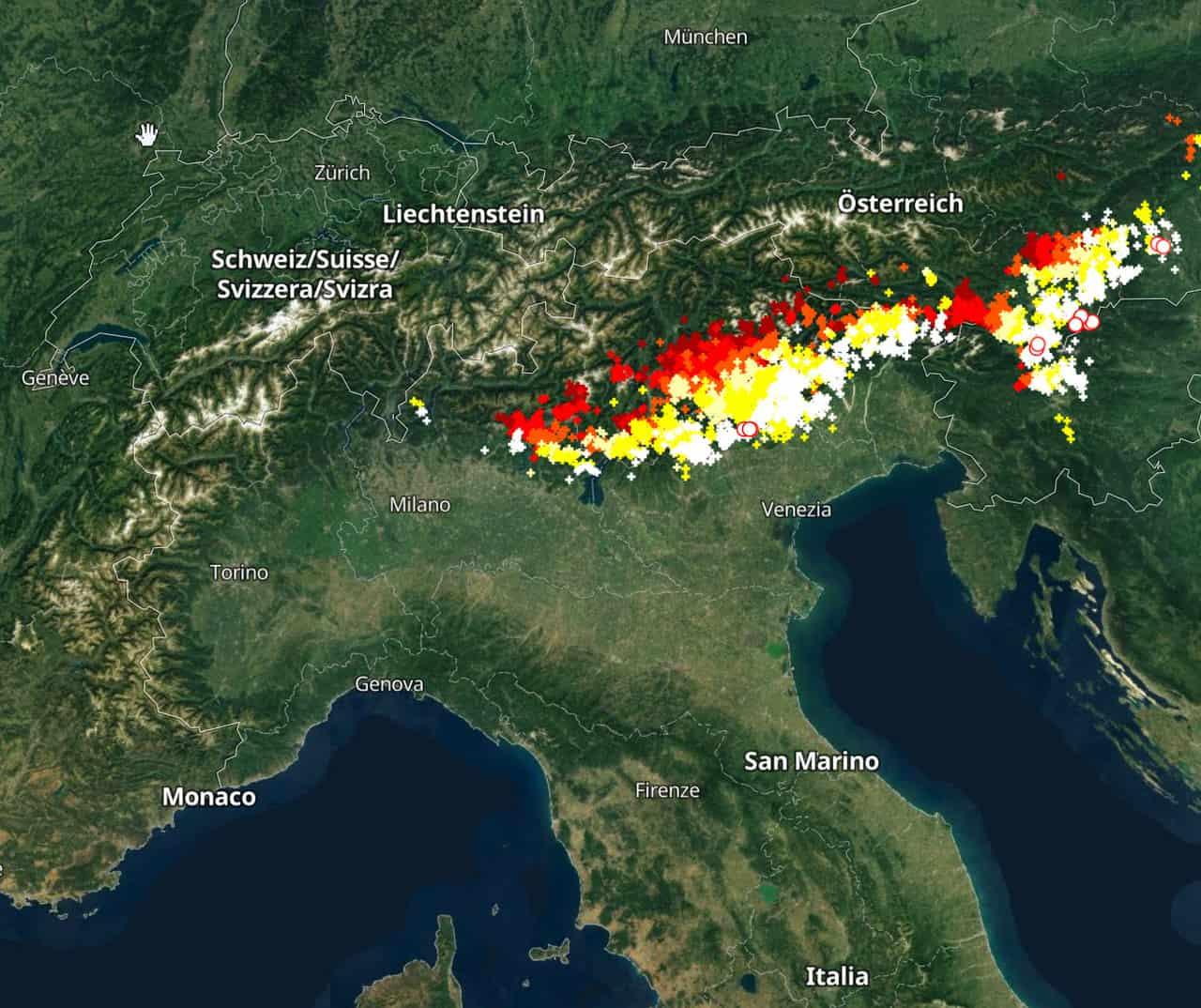 tempesta di fulmini - Tempesta di fulmini, forti grandinate in atto nel Nord Italia