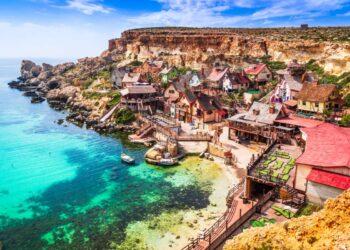 Malta. Vista del famoso villaggio Mellieha e della baia in una giornata di sole