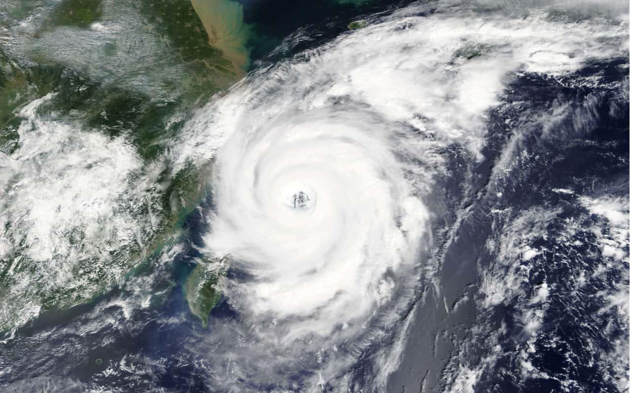 tifone cina - Parte della Cina è sotto il violento tifone In-fa. Città paralizzate