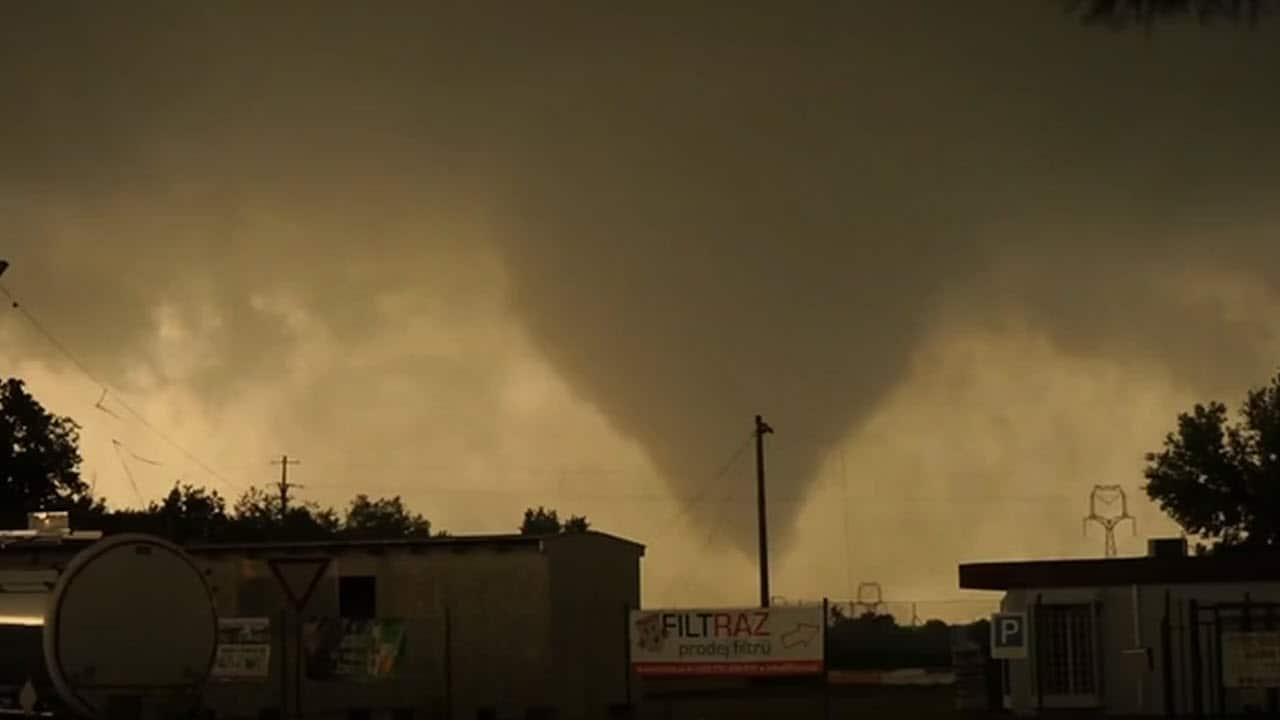 tornado o tromba aria - Meteo: terribile TORNADO in Europa. In ITALIA avvenne anche di peggio