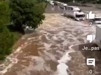 improvvisa alluvione allagano au - Eccezionale temporale allaga l'aeroporto di Milano Malpensa, salvataggi in canotto