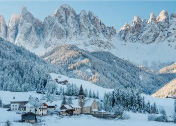 Val di Funes ricoperta di neve, con le Dolomiti. Siamo in Alto Adige.