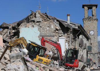 Amatrice, Italia - 24 agosto 2016: La via principale della città, con l'antica torre, e le case completamente crollate dopo il terremoto che ha colpito la città di Amatrice, nel centro Italia.