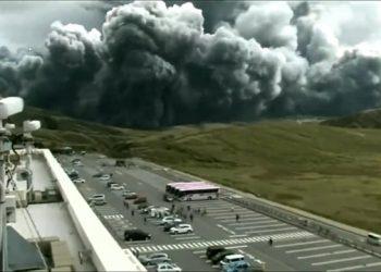 giappone esplode il vulcano del 350x250 - Frana il cimitero, centinaia di bare in mare. Video del momento del crollo